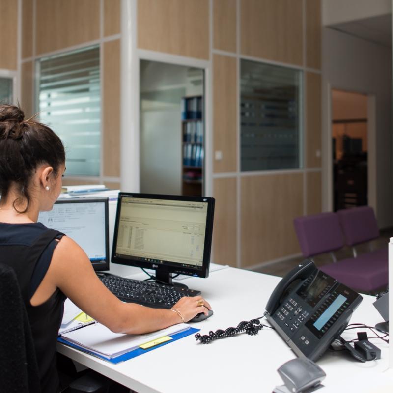 femme-de-dos-receptionniste-dans-bureau
